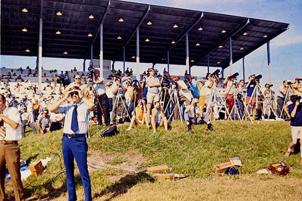 アポロ15号の打ち上げを見る見物人たち