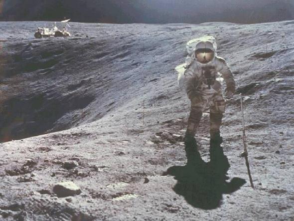 逆光で撮られたアポロ16号の飛行士
