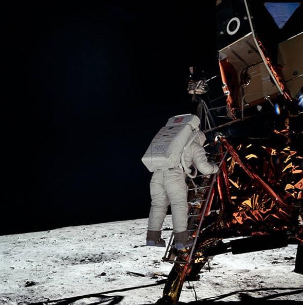 月着陸船から出てくるオルドリン。撮影者はアームストロング船長。