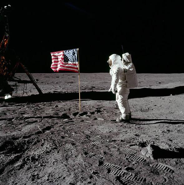 アポロ11号のオルドリンと星条旗