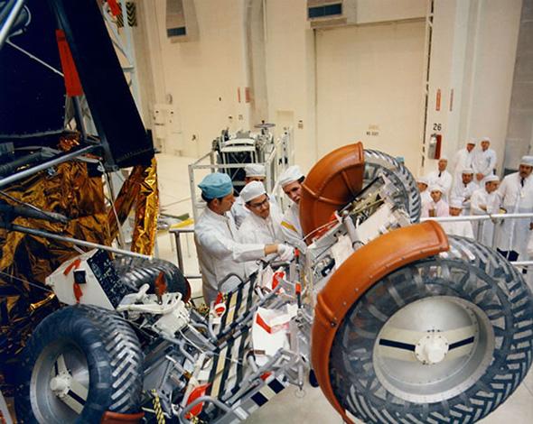 アポロ15号の月着陸船下段に格納される月面車(1)。