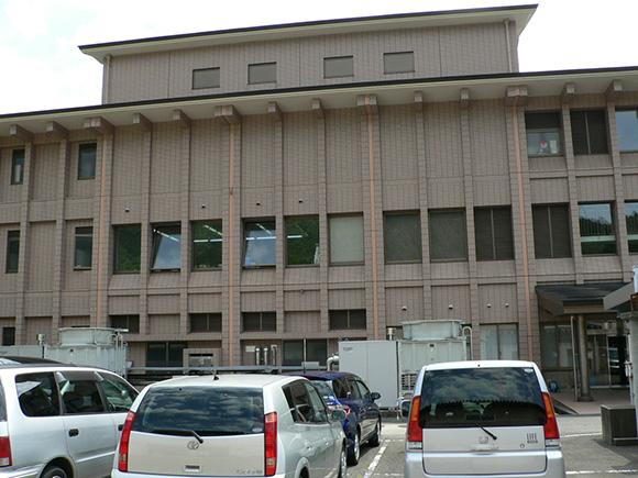 駐車場側から見た中島市民センターの様子
