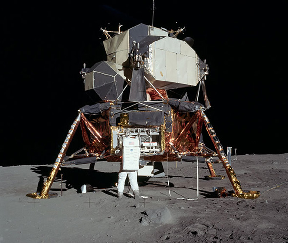アポロ11号の月着陸船 「イーグル」と宇宙飛行士のオルドリン。