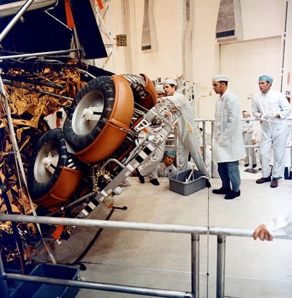 アポロ15号の月着陸船下段に格納される月面車(2)。