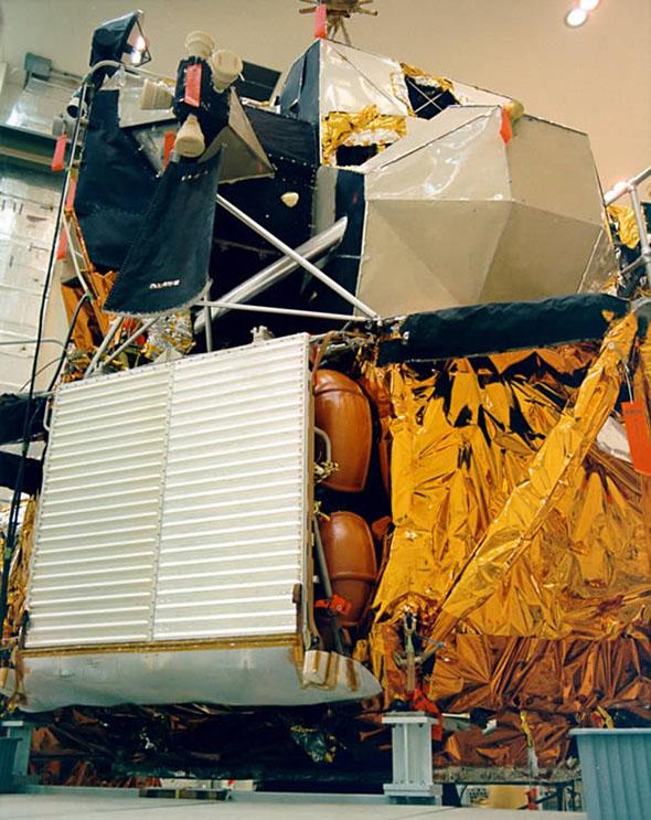 アポロ15号の月着陸船下段に格納される月面車(3)。